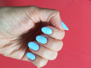 Hybryda błękitny lakier paznokcie